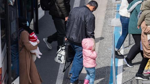 Flüchtlinge aus einem griechischen Lager bei der Ankunft in Deutschland (dpa)