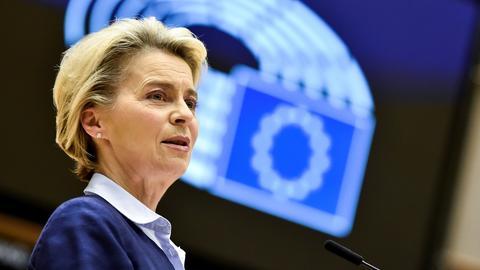 EU-Kommissionschefin Ursula von der Leyen spricht im April 2021 vor dem EU-Parlament. (REUTERS)