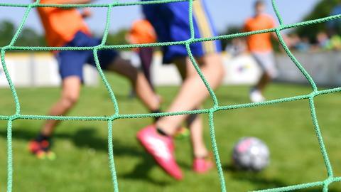 Kinder spielen auf einem Sportplatz Fußball (Archivbild) (dpa)