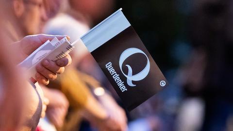 Auf einer Fahne bei einer Kundgebung gegen die Corona-Maßnahmen steht Querdenker, Berlin (dpa)