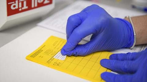 Aufkleber für den Nachweis eine Corona-Impfung in einem Impfpass (dpa)