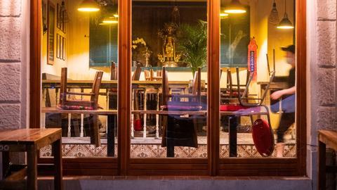 Eine Angestellte läuft durch ein wegen des Corona-Lockdowns geschlossenem Restaurant in Berlin. (dpa)