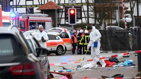 Einsatzkräfte nehmen an der Unfallstelle in Volkmarsen Spuren auf.