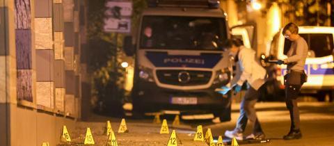 Polizistinnen sichern an einem Tatort in Leipzig Spuren. (dpa)