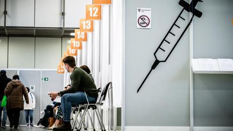 Berlin: Impflinge warten im Corona Impfzentrum Messe Berlin auf ihre Impfung (dpa)