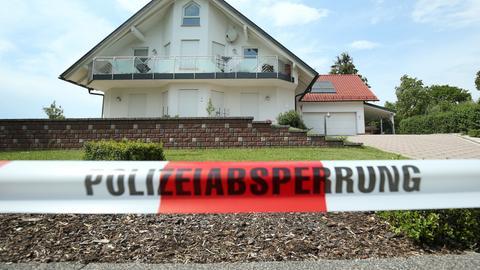 Polizeiabsperrung vor dem Haus von Walter Lübcke (REUTERS)