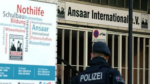 Polizeibeamte stehen vor dem Hauptsitz des Vereins Ansaar International. (Archivbild) (dpa)