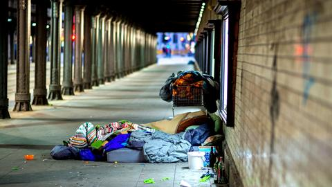 Die Habseligkeiten eines Obdachlosen liegen unter einer Eisenbahnunterführung am Hauptbahnhof in Hannover. (dpa)