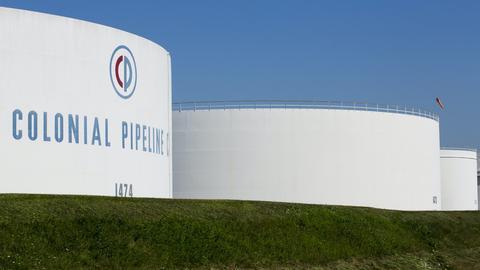 """Öltanks von """"Colonial Pipeline"""" stehen neben der Autobahn I-95 in New Jersey. (via REUTERS)"""