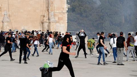 Palästineser stossen mit israelischen Sicherheitskräfte zusammen (AFP)