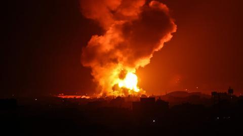 Eine Rakete schlägt in Rafah im südlichen Gazastreifen ein. (AFP)