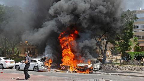 Auf einer Straße in Gaza-Stadt stehen Autos in Flammen, die bei einem Luftangriff durch Israel getroffen wurden. (AFP)