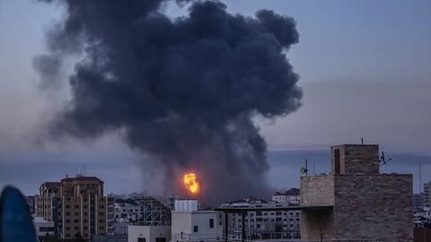 Feuer und Rauch nach dem israelischen Reketenbeschuss auf Gaza-Stadt (EPA)