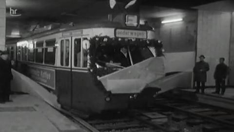 U-Bahn fährt in den Kasseler Bahnhof ein