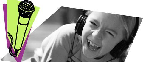 Mädchen lachen mit Kopfhörer