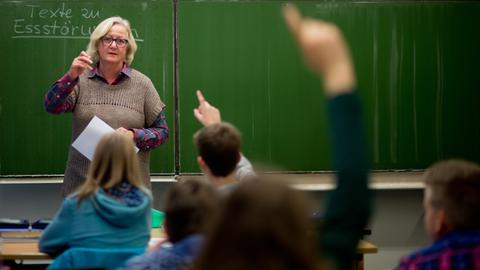 Lehrerin vor Schulklasse