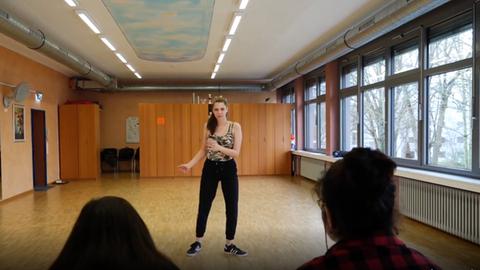 Schülerin tanzt