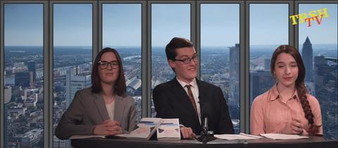 Drei Personen schauen in Kamera