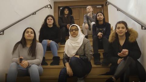 Mädchen sitzen auf Treppe