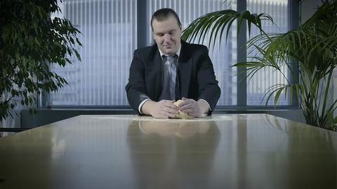 Junger Mann knetet Teig in Büro