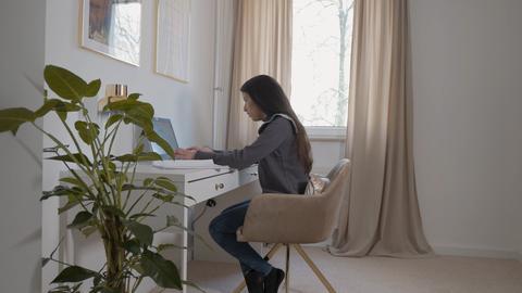 Schülerin sitzt vor Laptop