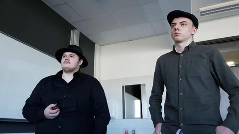 Zwei Schüler blicken grimmig