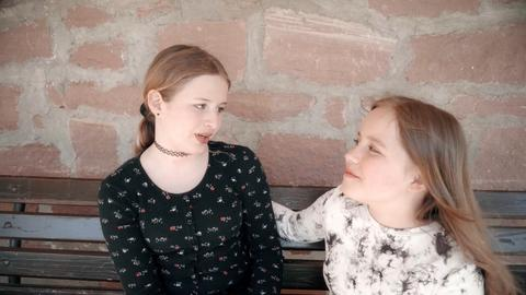 Zwei Schülerinnen im Gespräch
