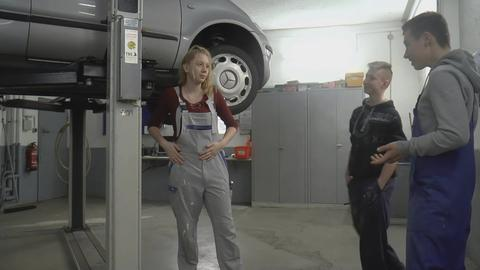 Das Mädchen in der KFZ-Werkstatt