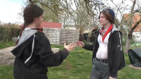 Zwei Schülerinnen klatschen sich ab
