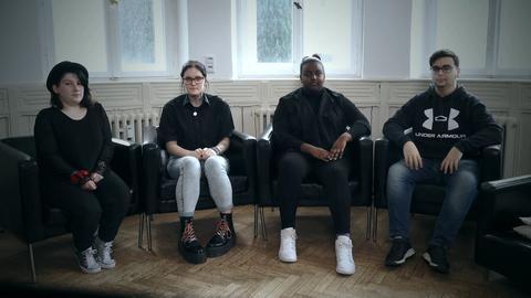 Vier Schüler*innen sitzen in Sesseln