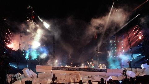 """Die gigantische Mauer aus Styroporstücken fällt zusammen. 320.000 Fans erlebten am 21.7.1990 auf dem Potsdamer Platz in Berlin das Mammutspektakel """"The Wall"""" der britischen Rockgruppe Pink Floyd"""
