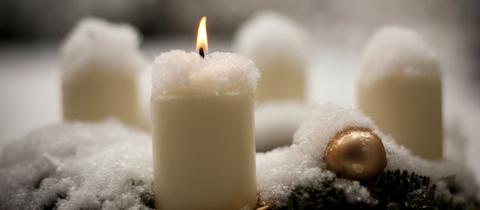 schneebedeckte Kerze
