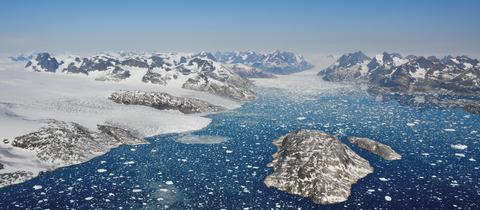 Auslaufende Gletscher kalben Eisberge in die Gewässer des Mogens Heinesen Fjords, Südwestgrönland. Der schmelzende Eisschild Grönlands hat den weltweiten Meeresspiegel seit 1992 bereits um 10,6 Millimeter steigen lassen.