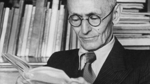Hermann Hesse bei der Lektüre in seinem Arbeitzimmer in Montagnola