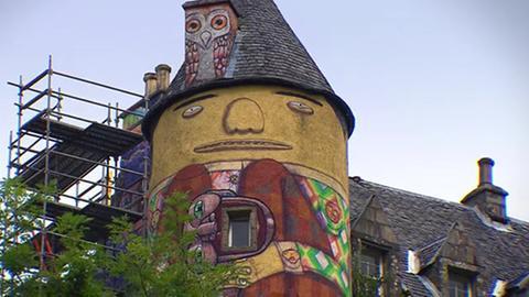 Blick auf Schloss mit Graffiti-Fassade