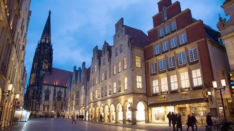 Der Prinzipalmarkt mit der Lambertikirche im Hintergrund  in Münster
