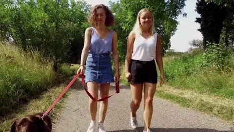 Zwei junge Frauen beim Spaziergang