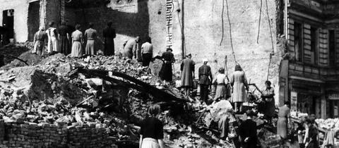 """Die sogenannten """"Trümmerfrauen"""" arbeiten im Mai 1945 in Berlin an der Beseitigung der Trümmer von im Zweiten Weltkrieg zerstörten Häusern."""