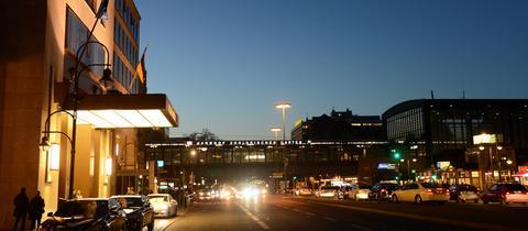 Waldorf Astoria und Bahnhof Zoo Berlin bei Nacht