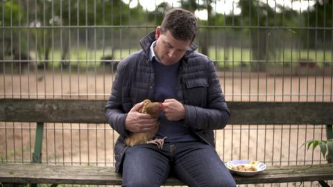 Philipp Engel mit Huhn