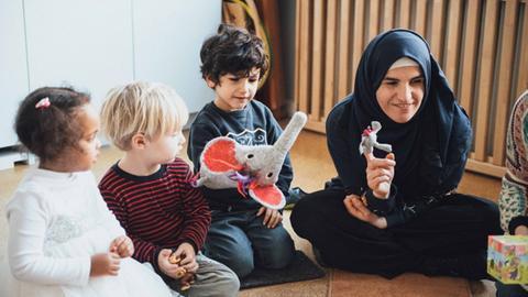"""Eltern gestalten die """"Lilo Lausch Zeit"""" im Kinderhaus Schwalbacher Straße aktiv mit."""