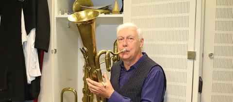 """John Stobart stellt bei """"Backstage für alle!"""" seine Instrumentensammlung vor."""