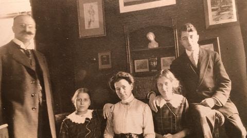 Felix Ganz (links außen) und seine Frau Gertrud, geborene Wieruszowski, mit ihren Kindern Olga Renate (zwischen Vater und Mutter), Annemarie und Hermann