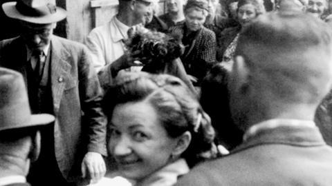 Frau bei Auktion in Hanau