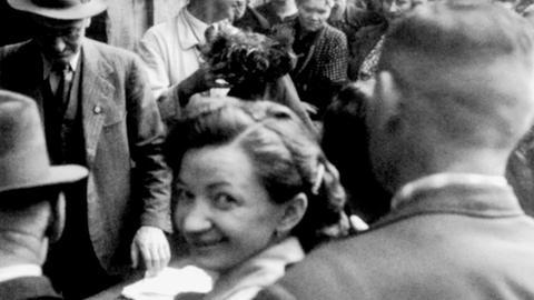 Versteigerung von enteignetem Hausrat deportierter Juden in der Gegend von Hanau, ca. 1942