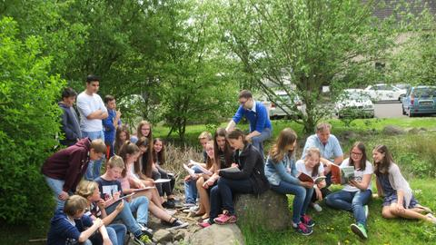 Eine Gruppe Schüler liest.