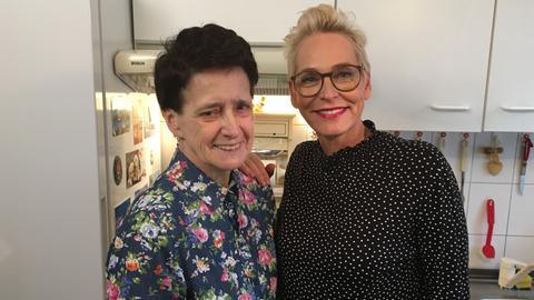 Monika Bendiks und Bärbel Schäfer stehen in der Küche