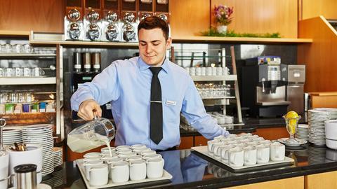 Auszubildender am Kaffeebufett