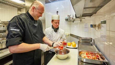 Ausbilder und Auszubildender zum Koch