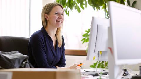 Junge Frau Arbeitet am Computer